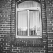Reflektion des Bahnbetriebswerkes dresden Friedrichstadt im Fenster