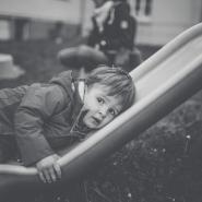 Kind auf Rutsche